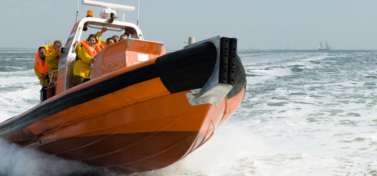 Powerboat over het Wad