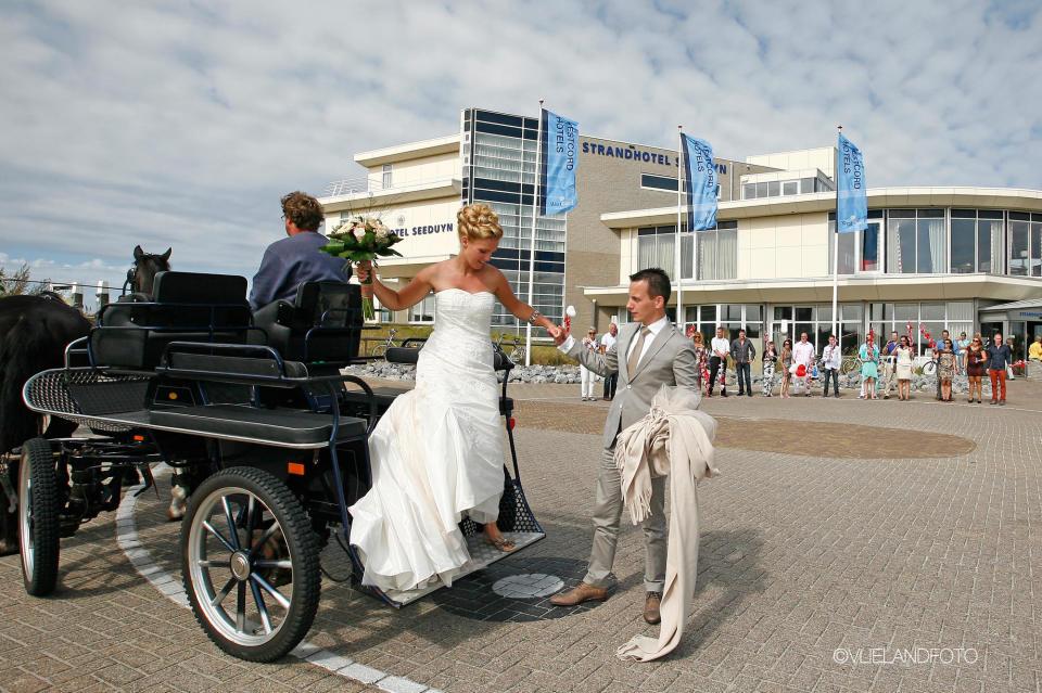 Aankomst bruidspaar Seeduyn Vlieland - Westcord Hotels