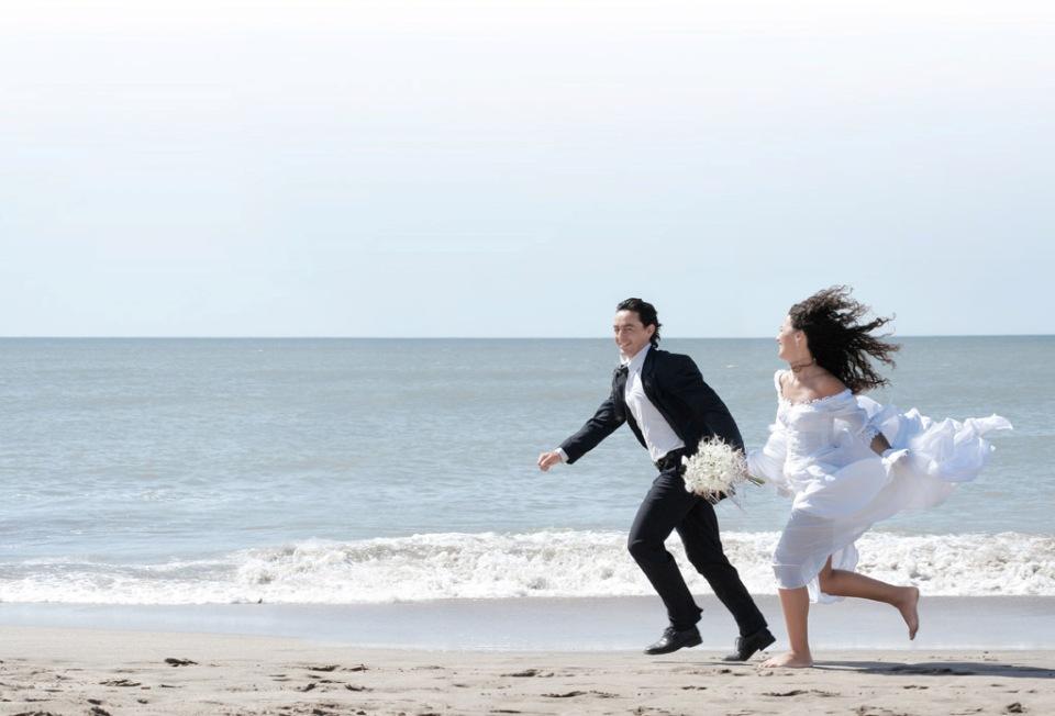 Bruidspaar op het strand Wadden - Westcord Hotels